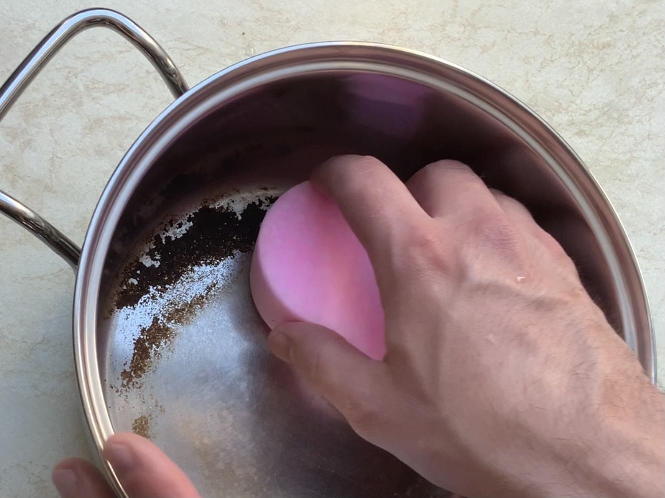 Čištění připáleného hrnce